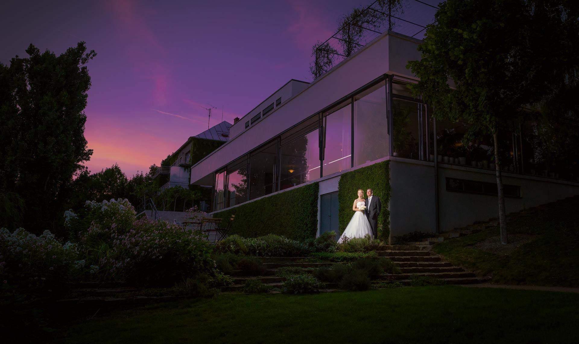 Novomanžele u Vily Tugendhat v Brně.