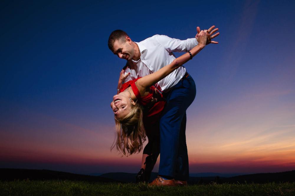 Tanec pod noční oblohou.