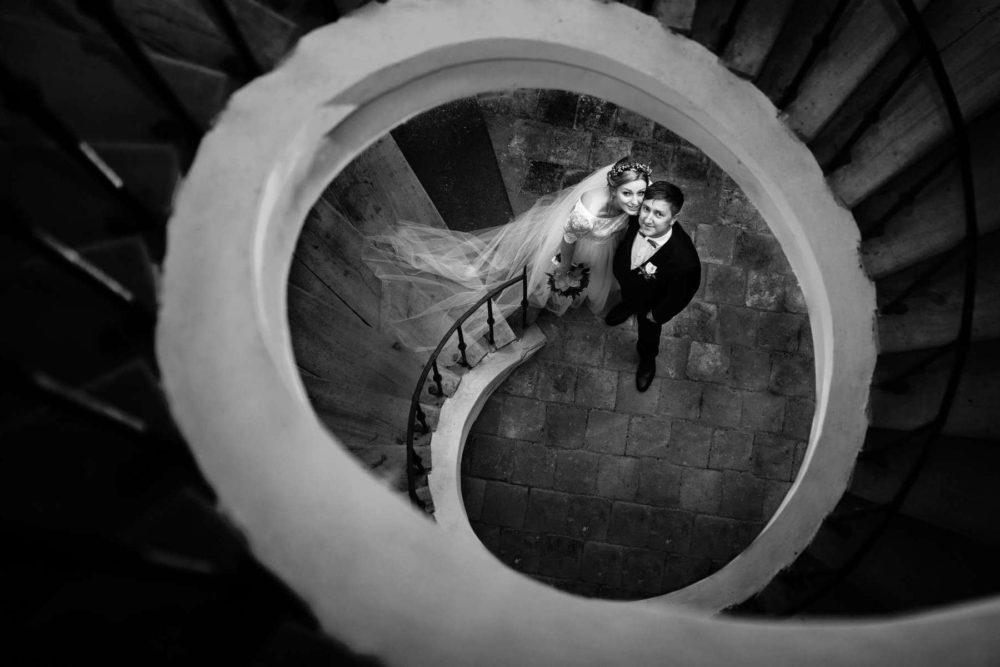 Novomanželé pod schody.