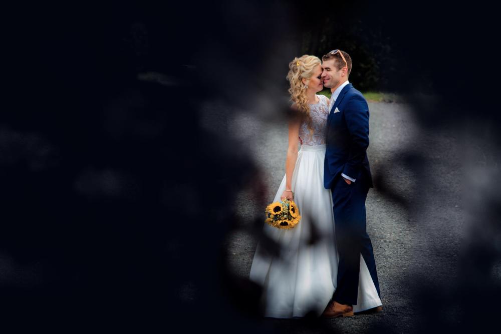 Novomanželé za krovím.