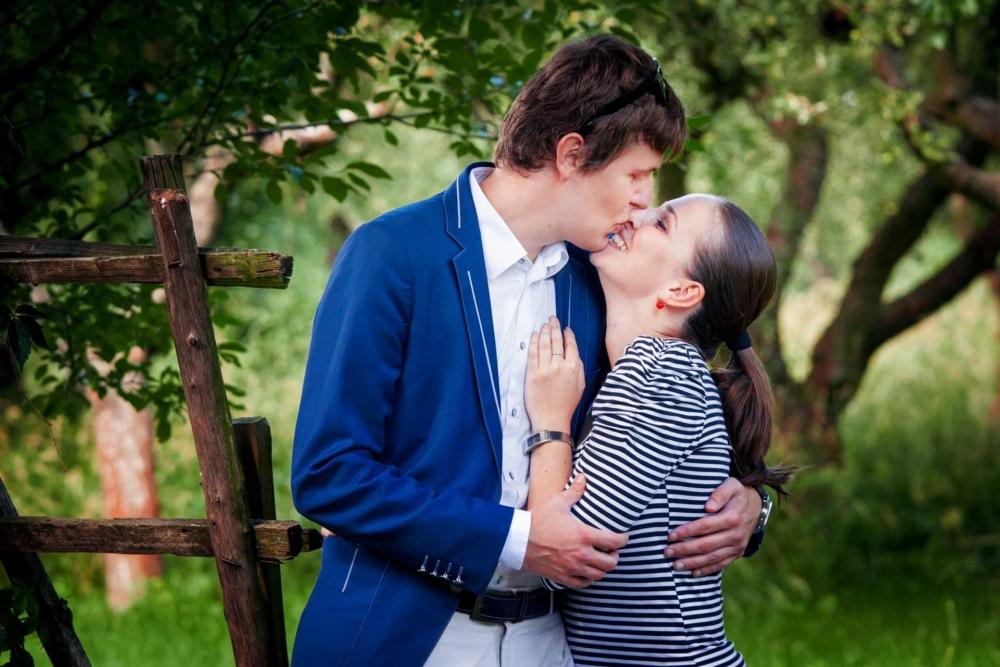 Snoubenci v zahradě v Sádkách.