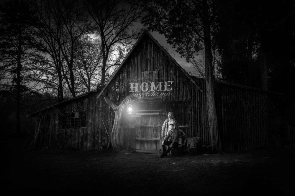 Dvojice večer u stodoly v Sádkách.