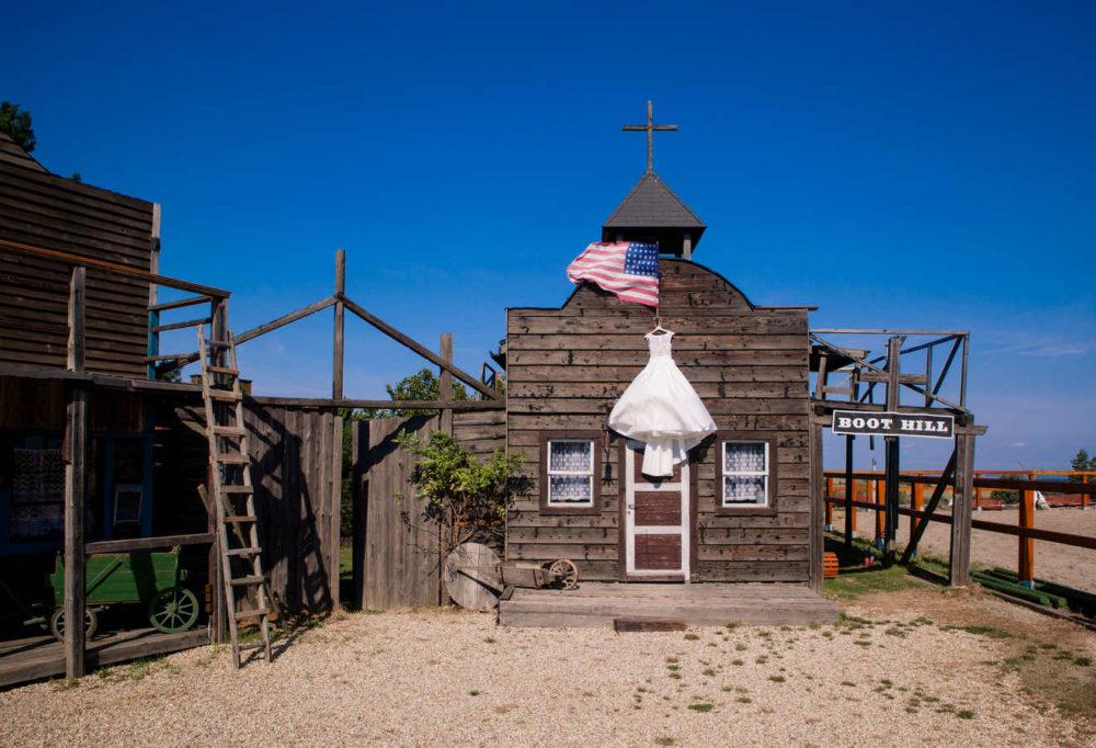 Svatební šaty na kostele s americkou vlajkou.