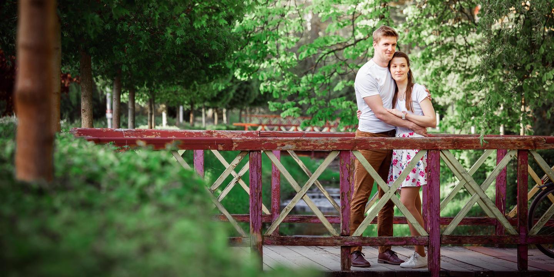 Snoubenci na mostě v Luhačovicích.