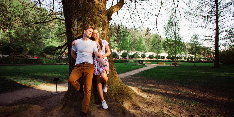Předsvatební focení snoubenců u stromu.