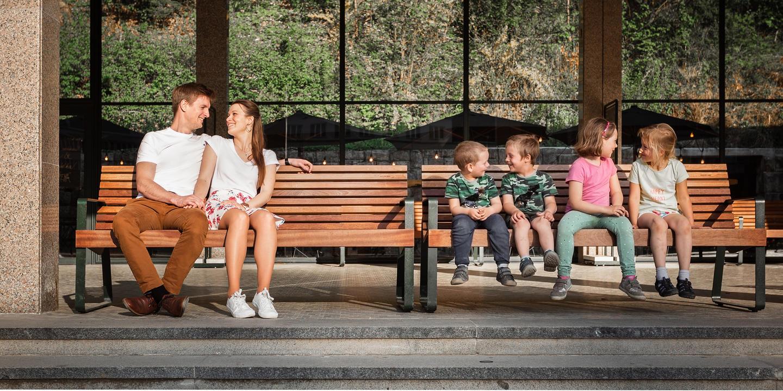 Snoubenci a děti na lavičce.