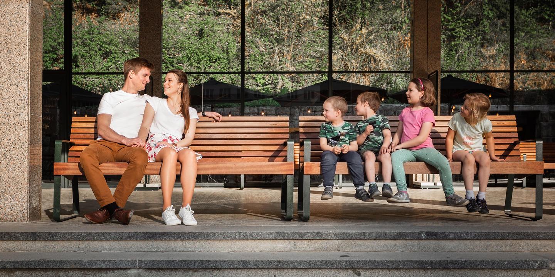 Děti na lavičce koukají na snoubence.