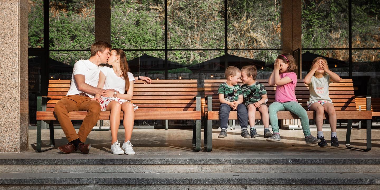 Snoubenci a děti na lavičce v Luhačovicích.