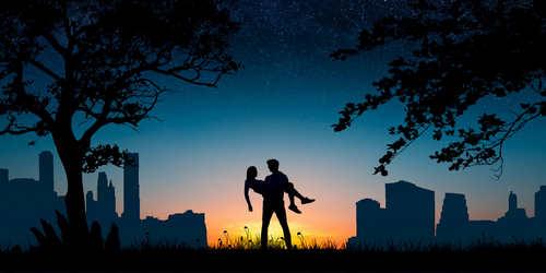 Fotografie silulety snoubenců s pozadím města a hvězdnou oblohou.