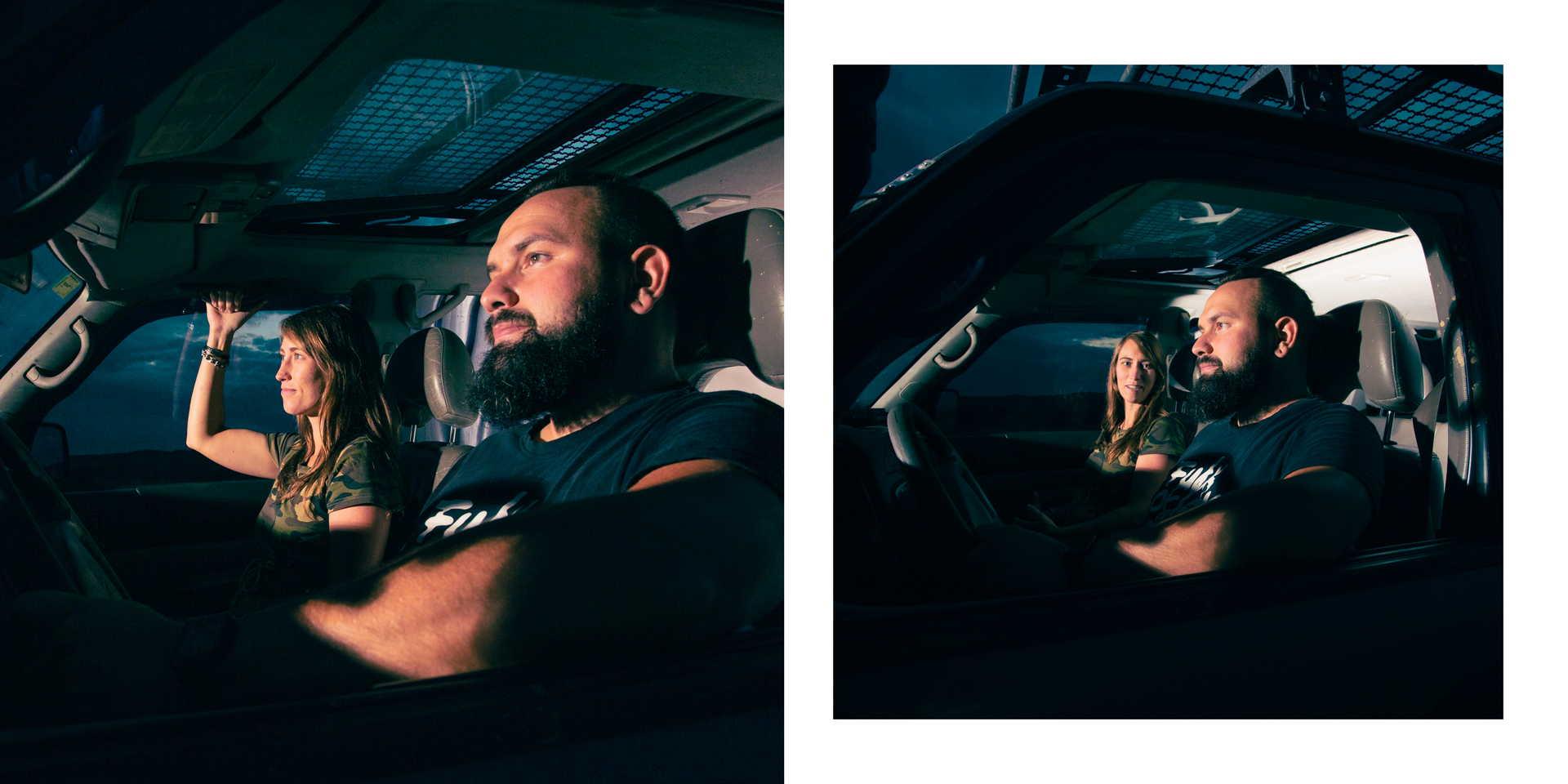 Dvojice ve autě v noci.